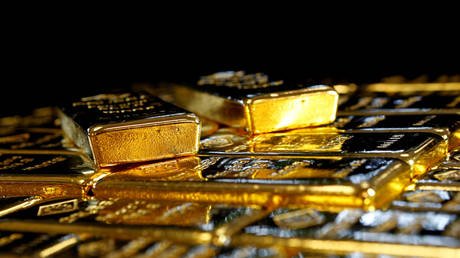 death-of-dollar-good-for-gold:-bullion-pushes-past-$2,000/oz-as-greenback-dips