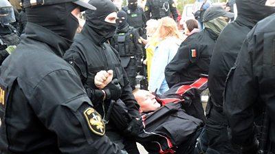 belarus:-mass-arrests-at-protests-for-president-lukashenko-to-resign
