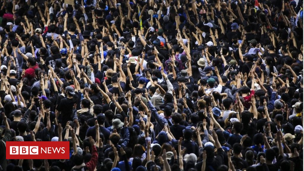 thailand-protests:-thousands-rally-for-third-straight-day-despite-government-ban