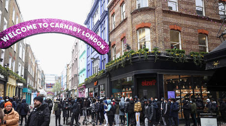 post-covid-shopping-frenzy:-uk-footfall-surges-218%-as-brits-rush-to-re-opened-stores-&-shopping-centers